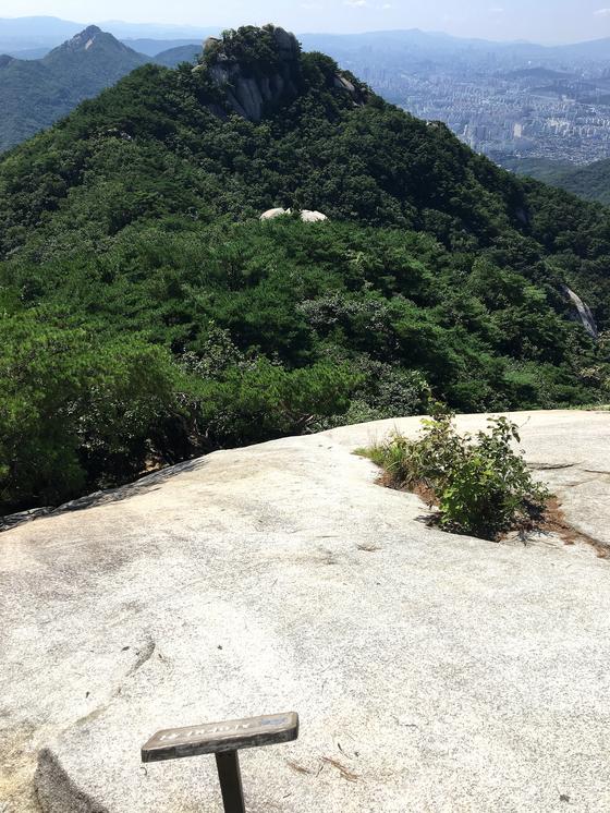 치마바위에서 바라본 도솔봉과 그 뒤로 머리를 맞대고 있는 불암산. [사진 하만윤]