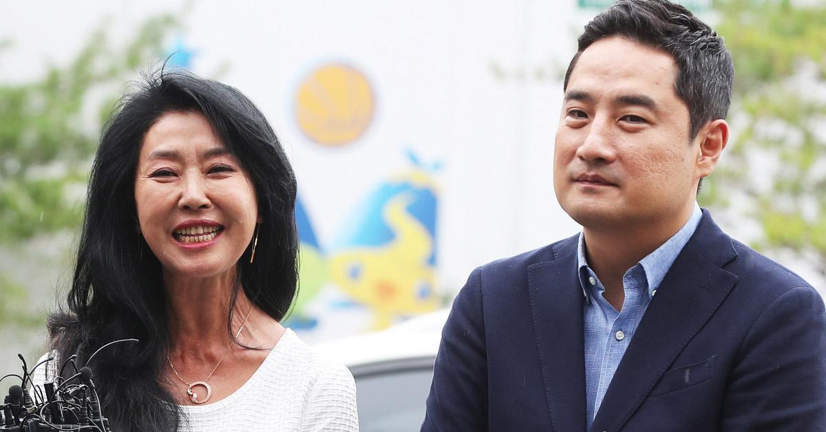 배우 김부선씨(왼쪽)가 14일 경기 분당경찰서에 강용석 변호사와 함께 출석했다. [연합뉴스]