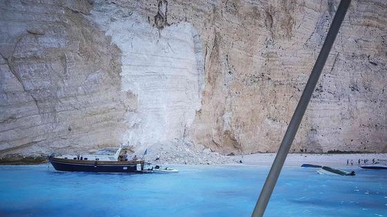 그리스 이오니아 해의 휴양지인 자킨토스 섬의 인기 해변에서 13일 낙석이 발생해 관광객 7명이 다쳤다. [AFP=연합뉴스]