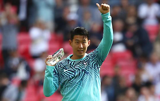 토트넘 손흥민이 15일(한국시간) 영국 런던 웸블리 스타디움에서 열린 잉글랜드 프리미어리그 리버풀과 홈경기를 앞두고 아시안게임 금메달 획득을 축하하는 특별 트로피를 받았다. [로이터=연합뉴스]