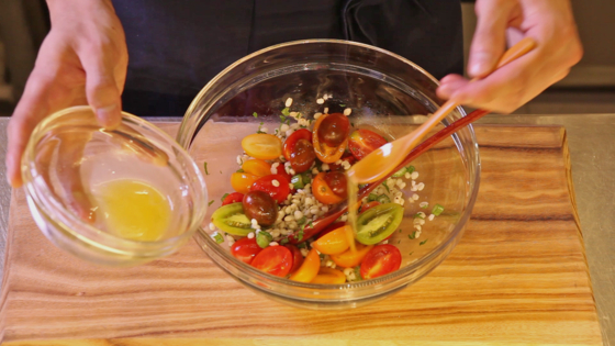 손질한 방울토마토를 넣고 드레싱을 한 번 더 넣어 버무린다.