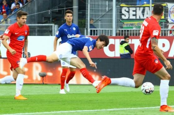 독일 홀슈타인 킬 이재성이 지난달 13일 하이덴하임과 경기에서 슛을 하고 있다. [홀슈타인 킬 트위터]