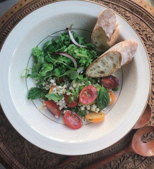 탱글탱글한 보리와 아삭한 채소가 입 안을 즐겁게 만들어주는 영양만점 보리 샐러드를 소개한다. 한 끼 식사로 손색 없을만큼 고른 영양과 포만감을 자랑하는 메뉴다. 유지연 기자