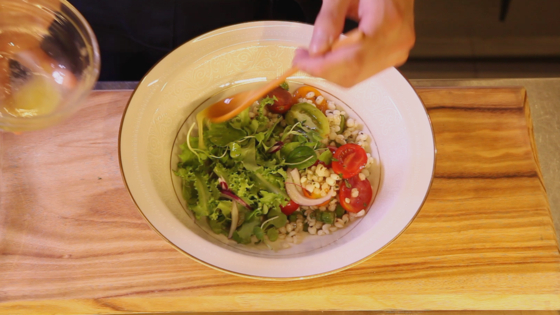 접시에 드레싱에 버무린 보리와 방울토마토 등을 먼저 올린 뒤 나머지 채소를 올린다.