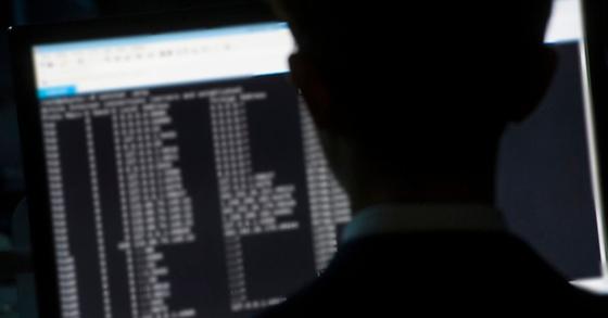 북한의 공작원들이 페이스북 등 SNS에서 신분 위장을 하고 외화벌이를 하고 있다고 미국 월스트리트저널이 14일(현지시간) 보도했다. 사진은 기사 내용과 관련이 없습니다. [중앙포토]