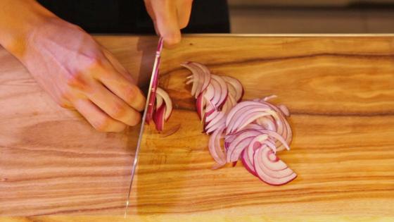 아삭한 식감을 내는 적양파는 잘게 채 썰어 준비한다.