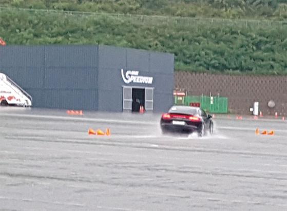 8월 29일 강원도 인제스피디움에서 진행된 슬라럼 테스트. 폭우로 빗물이 잔뜩 고여있음에도 포르쉐 파나메라4 E-하이브리드는 안정적인 코너웍을 선보였다. / 사진:김유경 기자