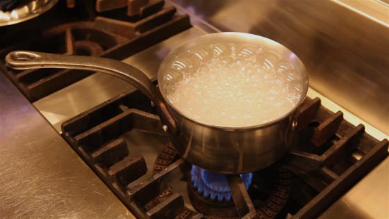 불린 보리를 냄비에 물과 함께 넣고 강한 불로 끓인다. 물이 끓면 약불로 줄여 20~30분 익힌다.