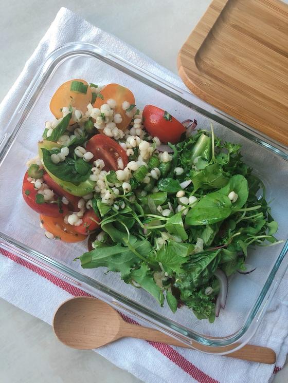 포만감이 있는 보리 샐러드는 도시락 용기에 담아 가을 피크닉 메뉴로 활용해도 좋다. 유지연 기자