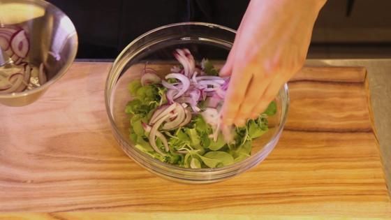 치커리와 어린잎 채소를 먹기 좋은 크기로 뜯고 적양파와 섞어둔다.
