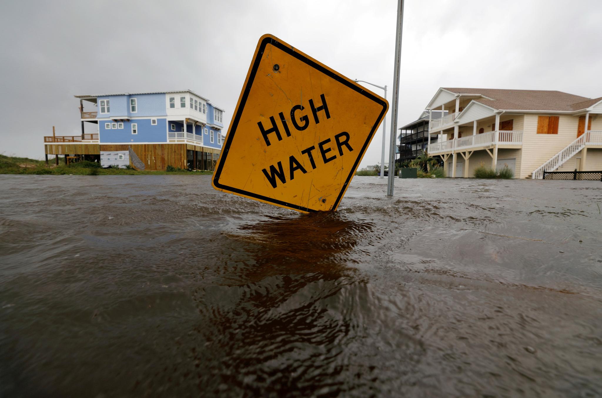 노스캐롤라이나 오클랜드의 홍수 경고판 턱 아래까지 빗물이 찼다. [REUTERS=연합뉴스]
