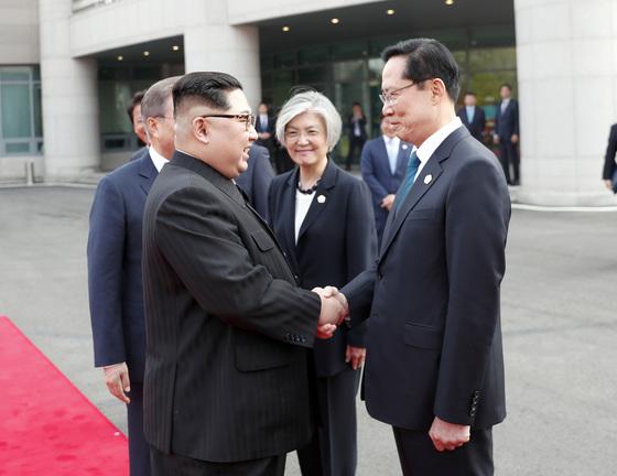 문재인 대통령의 소개로 김정은 국무위원장(왼쪽)이 송영무 국방부 장관과 악수하고 있다. [청와대사진기자단]