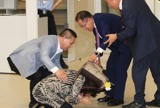 홍준표 전 자유한국당 대표가 두 달간의 미국 생활을 마치고 15일 오후 인천국제공항을 통해 귀국하며 절하는 지지자를 일으켜 세우고 있다. [연합뉴스]