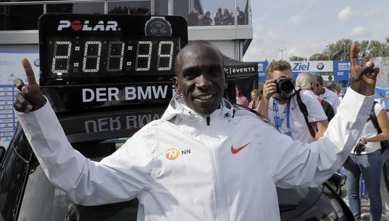 16일 열린 베를린마라톤에서 마라톤 세계 최고 기록을 세운 케냐의 엘리우드 킵초게. [AP=연합뉴스]