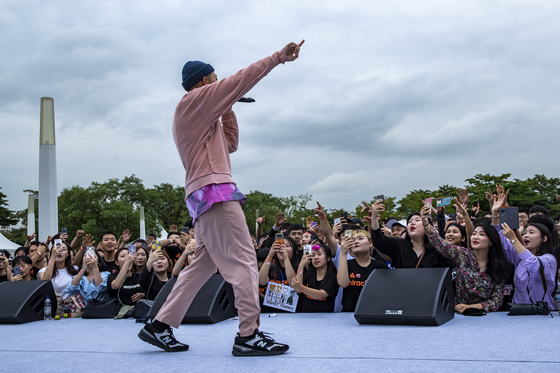 아이스버킷챌린지가 끝난 뒤 가수 로꼬가 애프터파티 무대에 올라 공연하고 있다. 박종근 기자