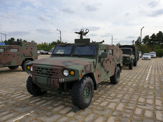 육군이 보급하고 있는 소형 전술차량. 용도에 따라 다양한 파생형이 있다. 사진은 기갑 수색차량. 육군은 보병의 기동화를 위해 이 같은 소형 전술차량을 더 늘리려 한다. 이철재 기자