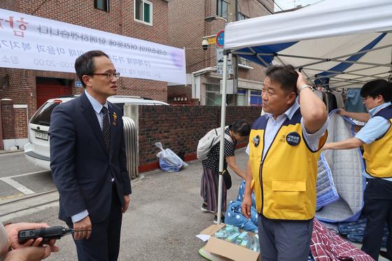 박주민 의원이 은평구에서 열린 수재민 돕기 행사에 참석해 자원봉사자와 얘기를 하고 있다. 윤성민 기자