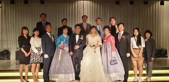 16일 오후 경기도 군포시 산본동 한 웨딩홀에서 40대 탈북민 부부가 경찰관과 경찰서 보안협력위원들의 도움으로 결혼식을 올렸다. [사진 군포경찰서]