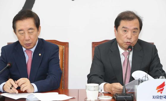 자유한국당 김병준 비대위원장(오른쪽)이 12일 국회에서 국토교통부 부동산 관련 발표에 앞서 긴급 기자회견을 열고 있다. 오종택 기자