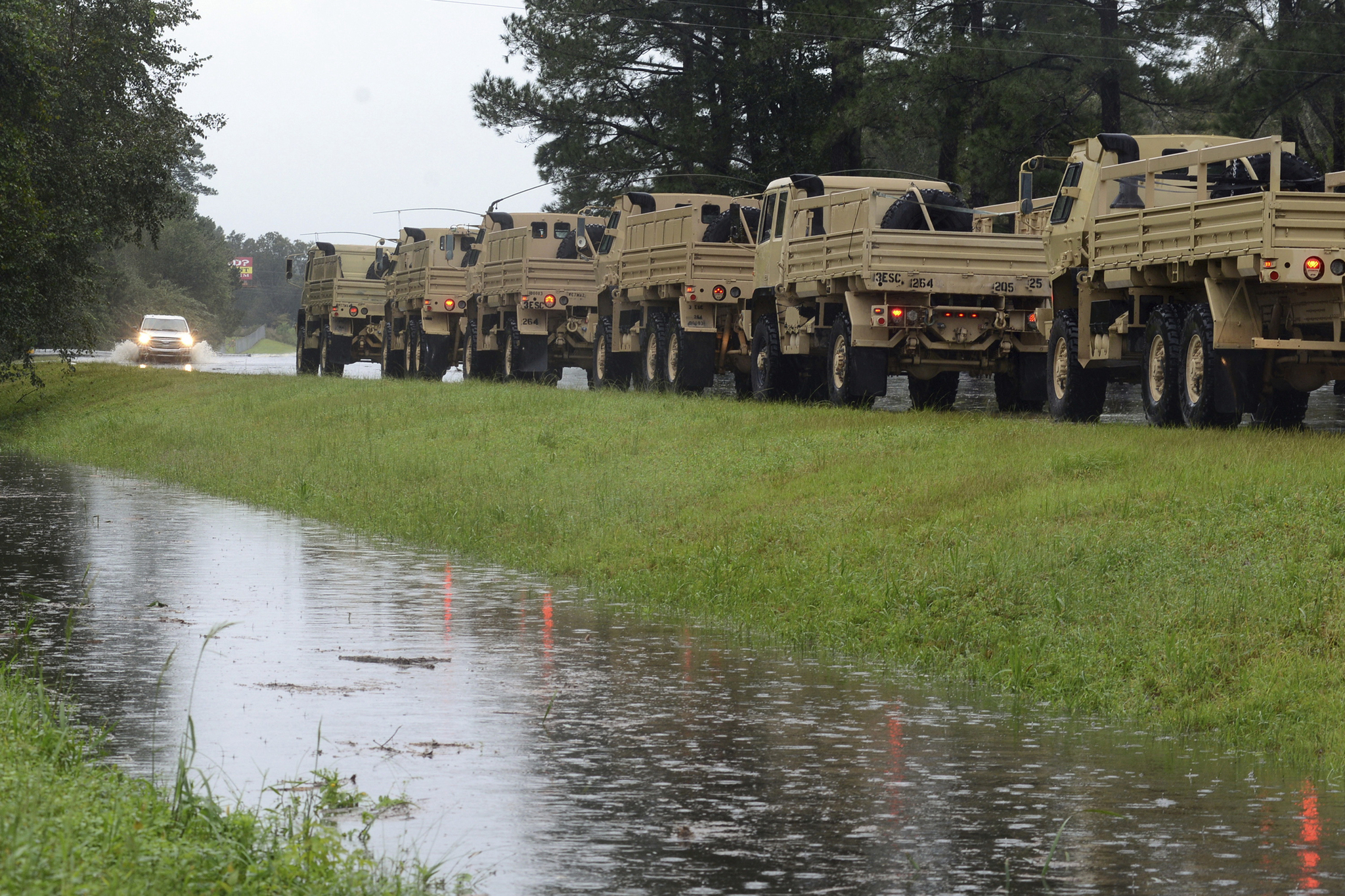 군용 차량들이 15일 노스캐롤라이나 르노아 카운티 외곽에서 대기하고 있다. [AP=연합뉴스]