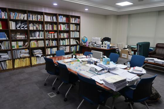 박주민 의원실 모습. 책상 위에 입법 자료와 책이 쌓여 있다. 윤성민 기자