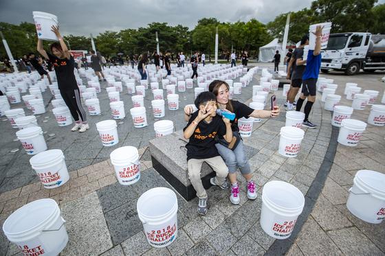 3㎞ 달리기를 마치고 돌아온 참가자들이 광장에 준비된 920개의 아이스버킷을 배경으로 기념사진을 찍고 있다. 박종근 기자