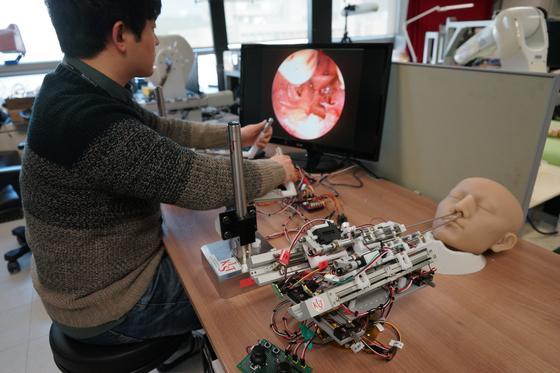 KIST가 개발하고 있는 미세 수술 로봇. 3mm조직도 떠어낼 수 있어 뇌하수체 종양 제거 등에 활용할 수 있다. [사진 KIST]