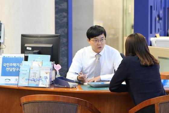 은행 국민주택기금 전세대출 창구에서 한 고객이 대출 상담을 받고 있다. [사진제공=우리은행]