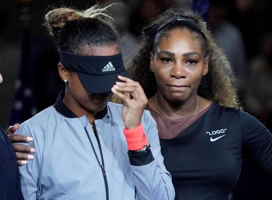 9일(한국시간) US오픈 결승전에서 세레나 윌리엄스를 꺾고 우승한 뒤 눈물을 흘리고 있는 오사카 나오미(왼쪽).[로이터=연합뉴스]