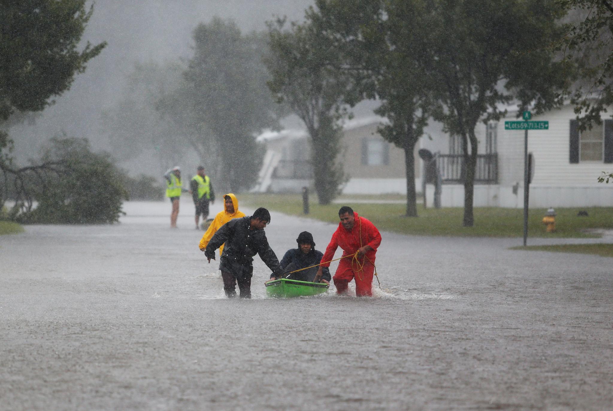 노스캐롤라이나 럼버턴에 폭우가 쏟아지는 가운데 마을 주민들이 노인을 안전한 곳으로 옮기고 있다. [REUTERS=연합뉴스]