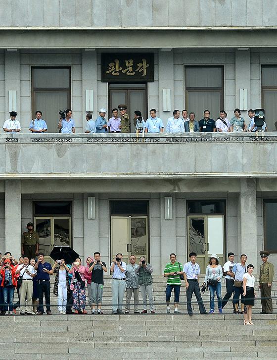 북한이 대북 제재의 적용을 받지 않는 관광객 유치를 통한 외화벌이에 힘을 쏟고 있다. 사진은 중국인 단체 관광객들이 판문점 북측 지역에서 한국쪽을 쳐다보고 있는 모습. [중앙포토]