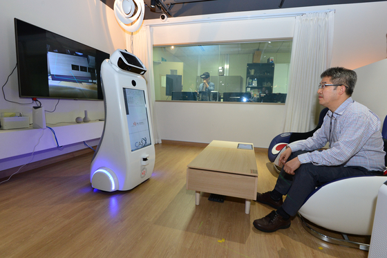 KIST가 개발하고 있는 어르신 돌봄 로봇이 리빙랩에서 멀리 떨어진 가족과 통신하고 있는 모습. 가까운 미래엔 돌봄 로봇이 각 가정에서 활약할 것으로 보인다. [사진 KIST]