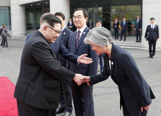 문재인 대통령의 소개로 김정은 국무위원장(왼쪽)이 강경화 외교부 장관과 악수하고 있다. [청와대사진기자단]