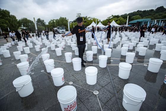 승일희망재단 고재춘 실장이 아이스버킷에 물을 채우고 있다. 박종근 기자