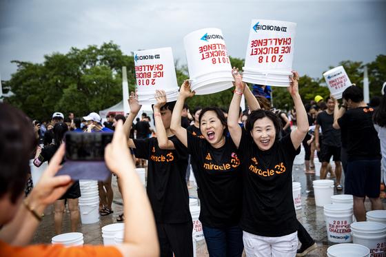 아이스버킷챌린지 참가자들이 기념사진을 찍고 있다. 박종근 기자