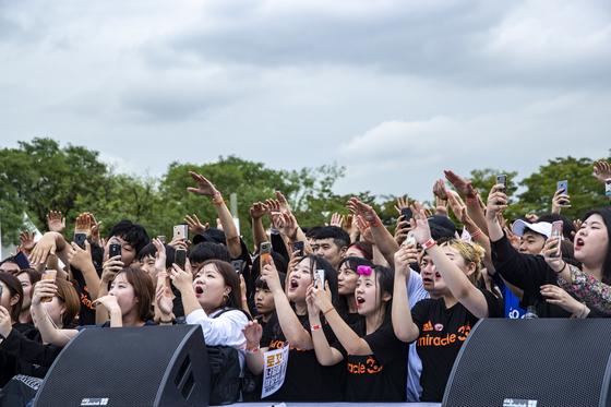 아이스버킷챌린지를 마친 참가자들이 가수들의 공연을 보며 환호하고 있다. 박종근 기자