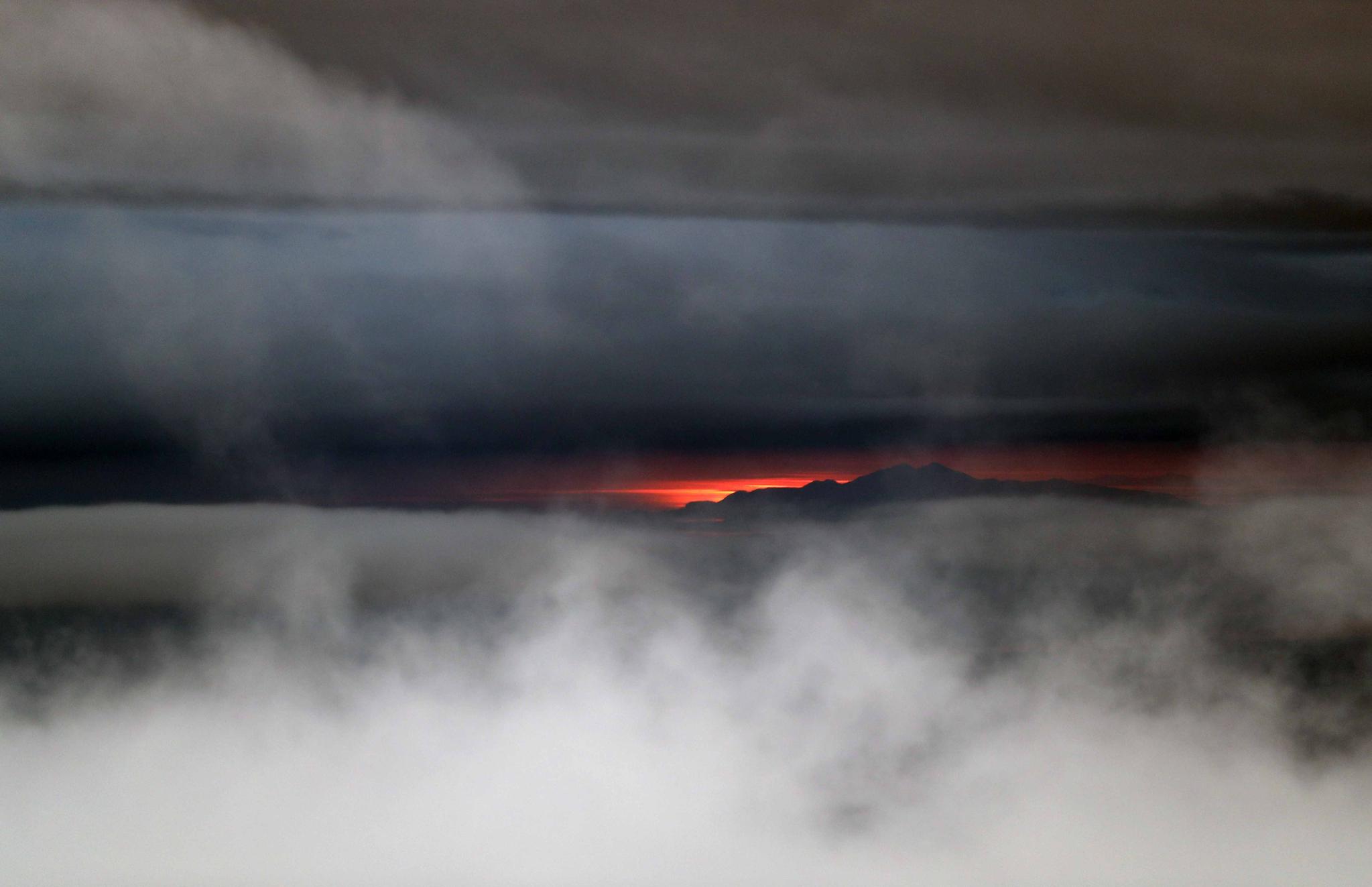 관악산 뒤로 붉은 노을이 졌습니다. 해의 움직임, 다시 말해 지구의 움직임을 가장 선명하게 느낄 수 있는 때는 아침 일출과 오후 일몰 시간입니다. 이 때는 시간이 움직임이' 보인다'는 표현이 맞을 듯 합니다.