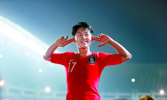 일본과 치른 아시안게임 남자축구 결승전에서 선제골을 성공시킨 이승우가 광고판 위에 뛰어올라가 팬들의 환호를 유도하고 있다. 김성룡 기자