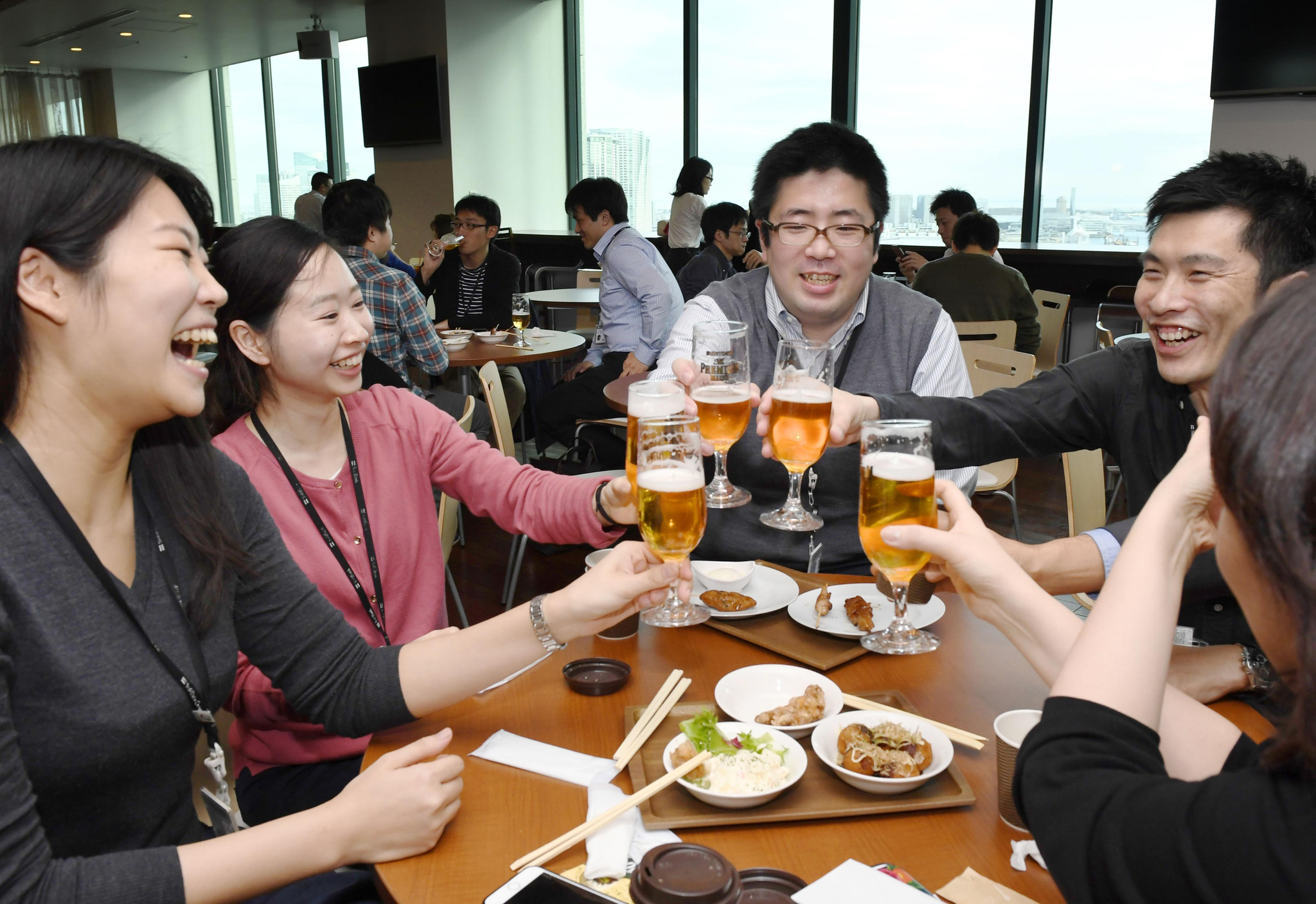업무를 마치고 도쿄도 미나토구 사원식당에서 건배하는 일본 한 회사의 사원들. [연합뉴스]