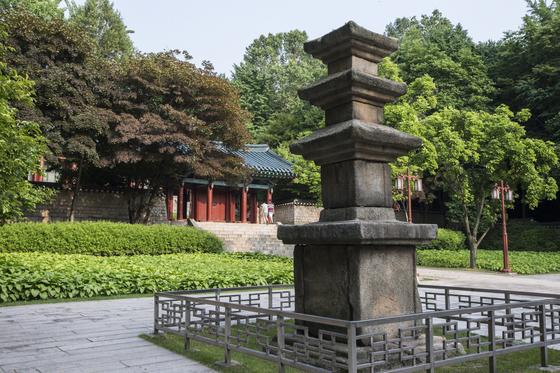 서울 낙성대의 강감찬 장군 생가 터에 있던 탑과 강 장군을 기리는 사당인 안국사. [중앙포토]