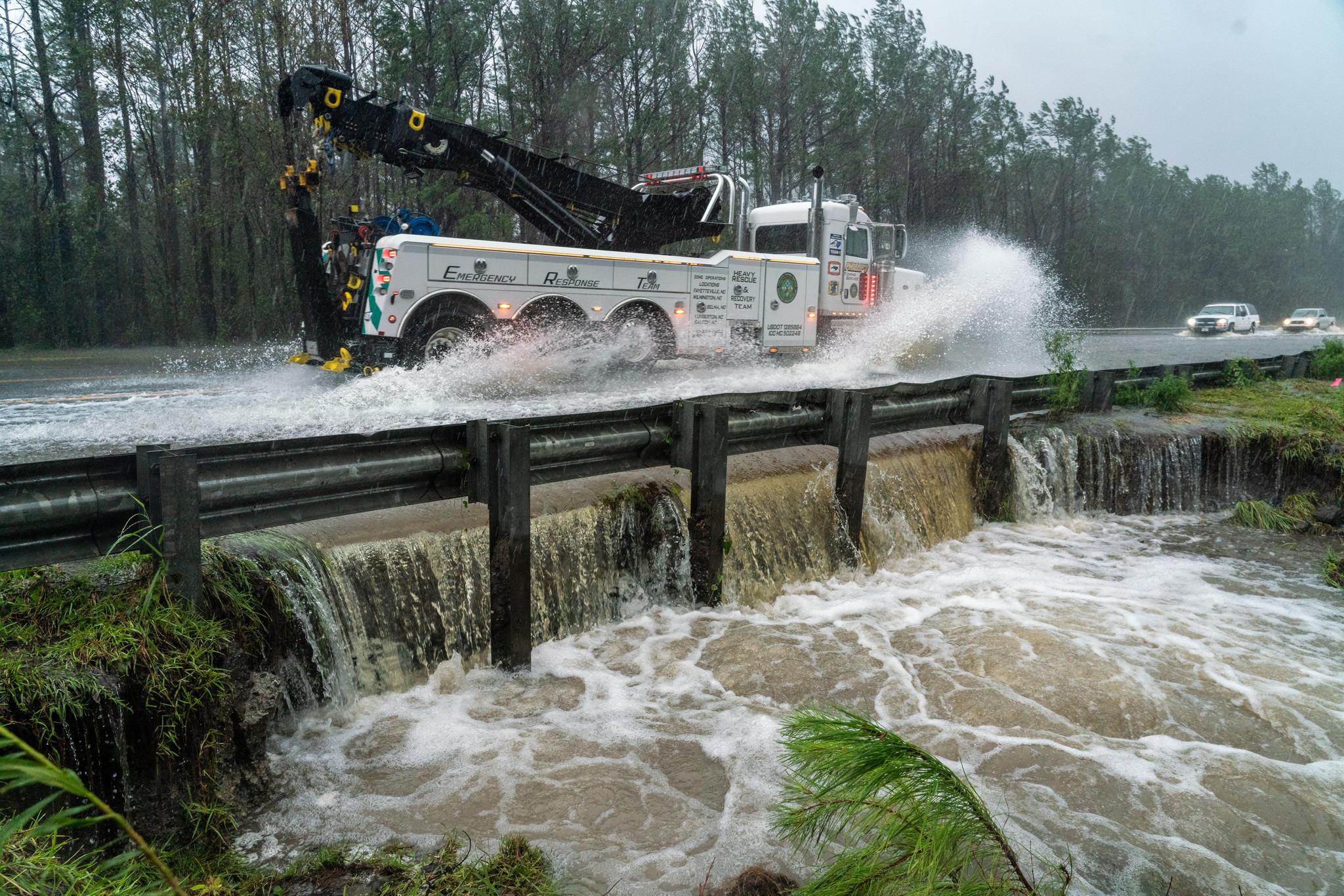 재난 응급대응 차량이 15일 노스캐롤라이나 윌밍턴 교외의 침수된 도로를 달리고 있다. [UPI=연합뉴스]
