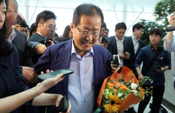 홍준표 전 자유한국당 대표가 지난 7월 11일 오후 인천국제공항 제2여객터미널을 통해 출국하고 있다. [뉴스1]