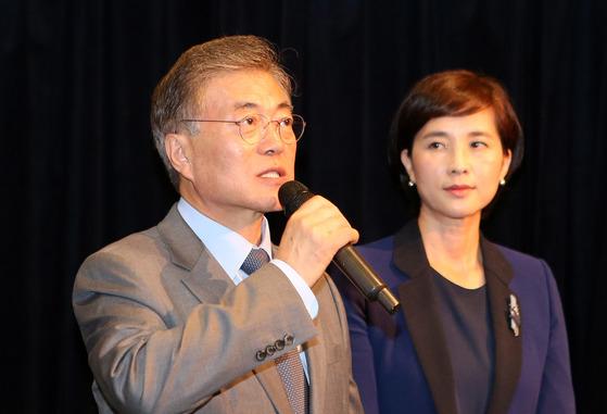 2015년 새정치민주연합 대표였던 문재인 대통령이 유은혜 의원과 함께 참여한 행사에서 청년일자리 확보를 위한 법 제정을 계획을 발표하고 있다. [중앙포토]