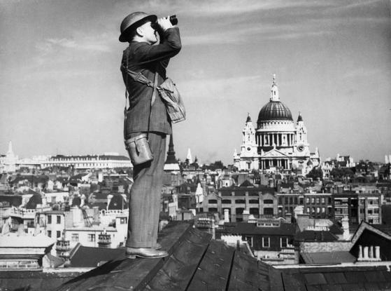 독일 공군의 공습에 대비해 망을 보고 있는 영국 병사 [사진=위키백과]