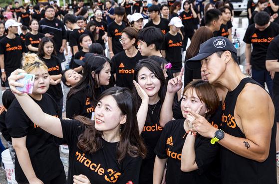 승일희망재단 공동대표인 가수 션이 참가자들과 사진을 찍고 있다. 박종근 기자