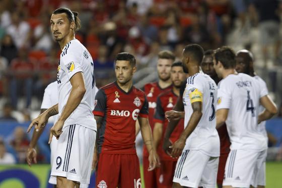 16일 열린 MLS 토론토전에서 프리킥 상황을 기다리는 LA 갤럭시 공격수 즐라탄 이브라히모비치(왼쪽). [AP=연합뉴스]