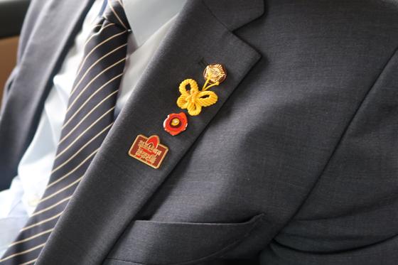 박주민 의원 양복에 달린 배지와 브로치. 윤성민 기자