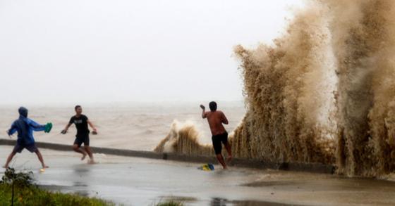 슈퍼태풍 망쿳, 필리핀 북부 강타…아동 포함 사망자 3명 발생
