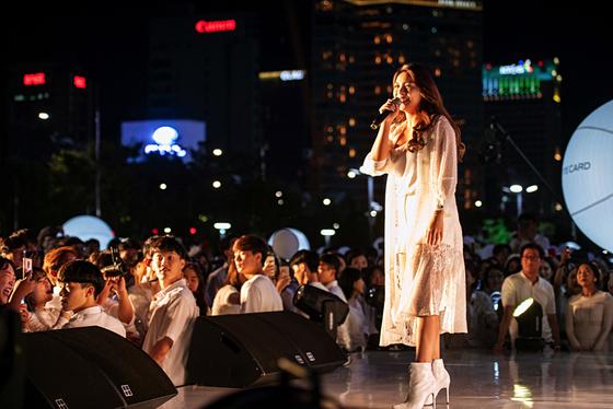지난 8일 서울 코엑스 광장에서 열린 디네앙블랑 서울2018에서 공연하고 있는 가수 에일리. [연합뉴스]