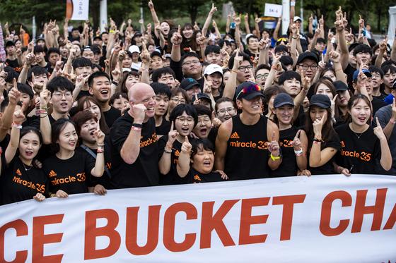 참가자들이 행사 시작 전 기념사진을 찍고 있다. 박종근 기자
